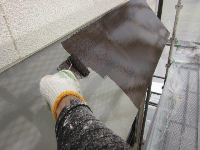 外壁付帯部庇塗装上塗り二層目塗装状況