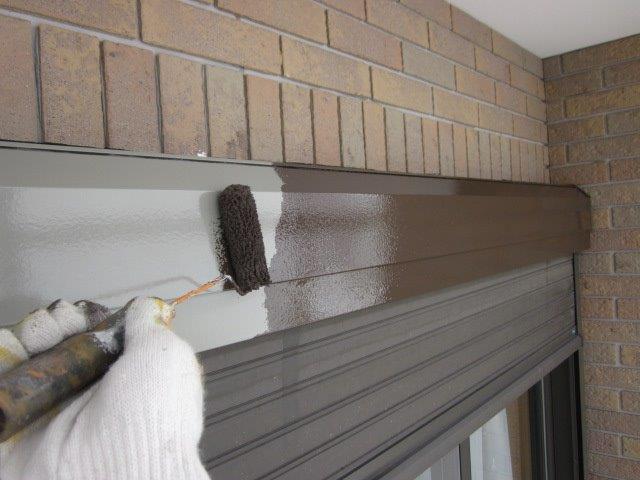 外壁付帯部シャッターボックス塗装上塗り二層目塗装状況