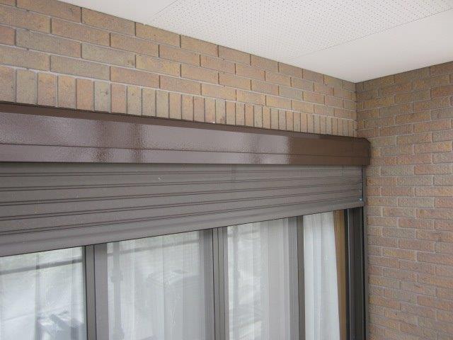 外壁付帯部シャッターボックス塗装上塗り二層目塗装完了