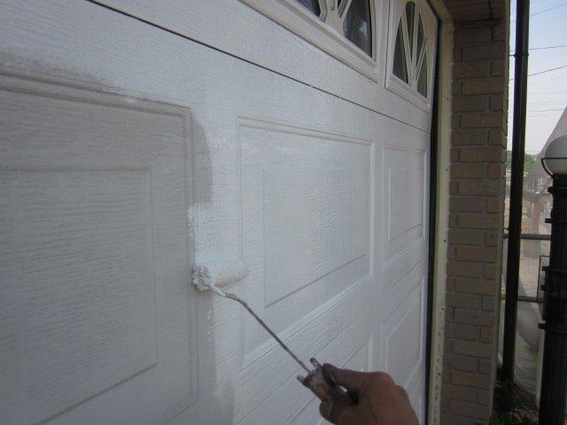 車庫鉄扉塗装上塗り一層目塗装状況