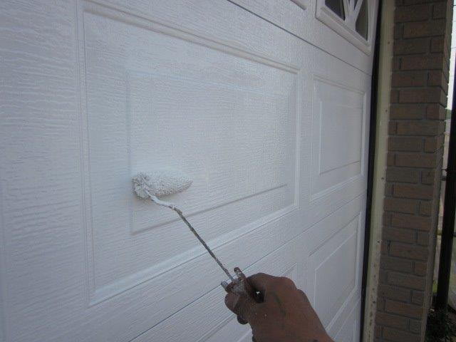 車庫鉄扉塗装上塗り二層目塗装状況