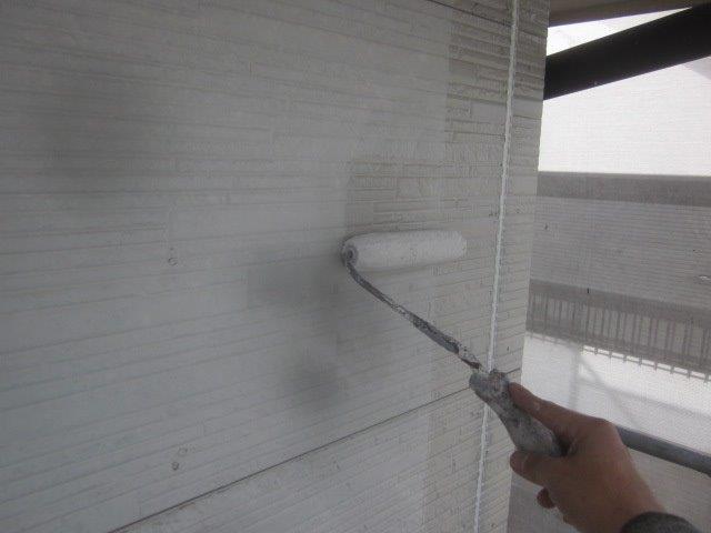 外壁サイデイングフッ素塗料塗装下塗り一層目塗装状況