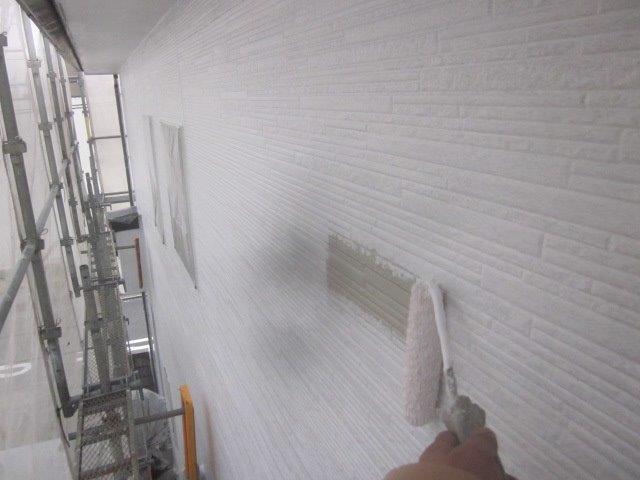 外壁サイデイングフッ素塗料塗装下塗り二層目塗装状況
