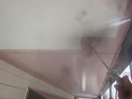 軒天上塗り一層目塗装状況