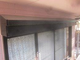 外壁付帯部シャッターボックス塗装素地調整完了
