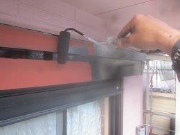 外壁付帯部シャッターボックス塗装上塗り一層目塗装状況