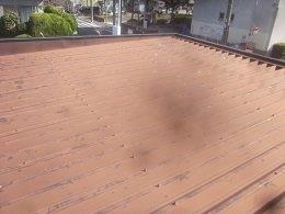 車庫折板屋根塗装前素地調整完了