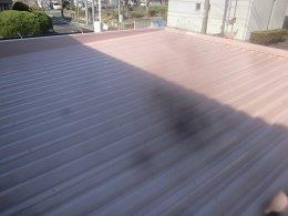 車庫折板屋根塗装溶剤シリコン上塗り一層目塗装完了