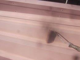 車庫折板屋根塗装溶剤シリコン上塗り二層目塗装状況