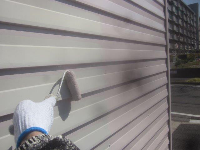 車庫外壁板金溶剤シリコン上塗り一層目塗装状況