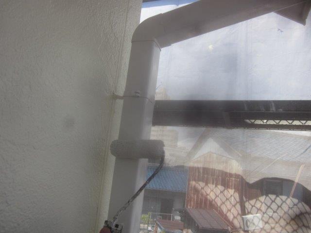 外壁付帯部雨樋塗装上塗り二層目塗装状況