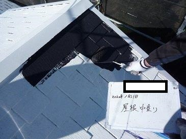 屋根カラーベスト遮熱シリコン塗料上塗り一層目塗装状況