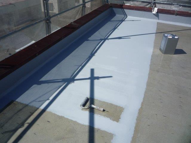 屋上防水塗装防水材一層目塗装状況