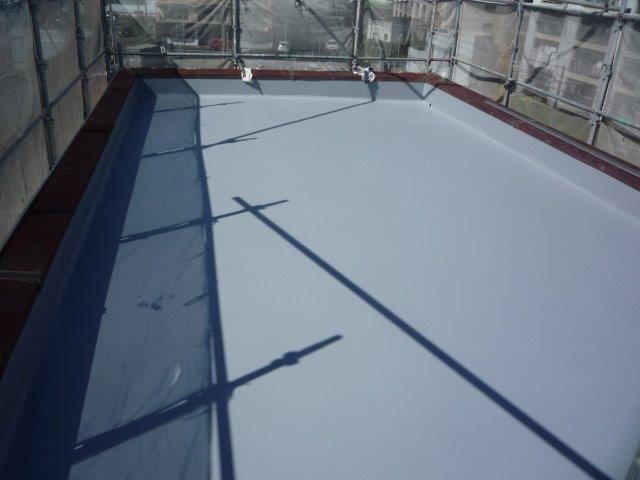 屋上防水塗装防水材一層目塗装完了