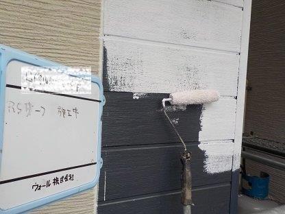 外壁サイディングシリコン塗料塗装下塗り二層目塗装状況