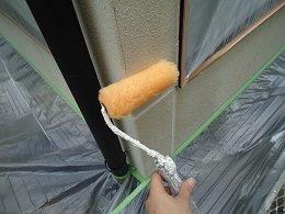 外壁フッ素塗料塗装下塗り一層目塗装状況