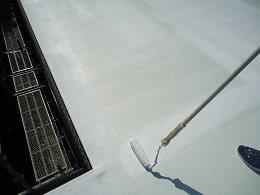 屋上防水断熱仕様断熱材主剤一層目塗装状況
