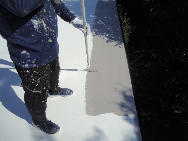 屋上防水断熱仕様遮熱トップコート一層目塗装状況