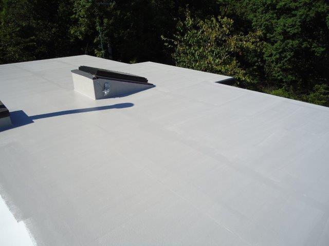 屋上防水断熱仕様遮熱トップコート一層目塗装完了