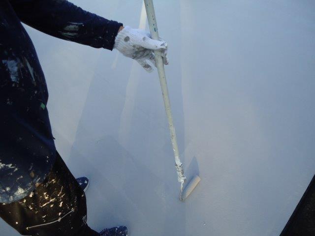 屋上防水断熱仕様遮熱トップコート二層目塗装状況
