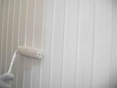 外壁トタン部上塗り一層目塗装状況
