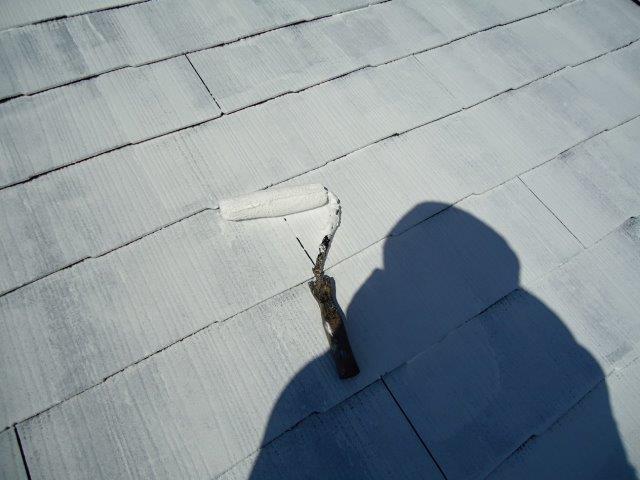 屋根カラーベスト遮断熱塗料主材二層目塗装状況