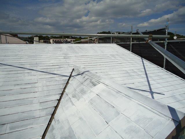 屋根カラーベスト遮断熱塗料主材塗装一層目塗装完了