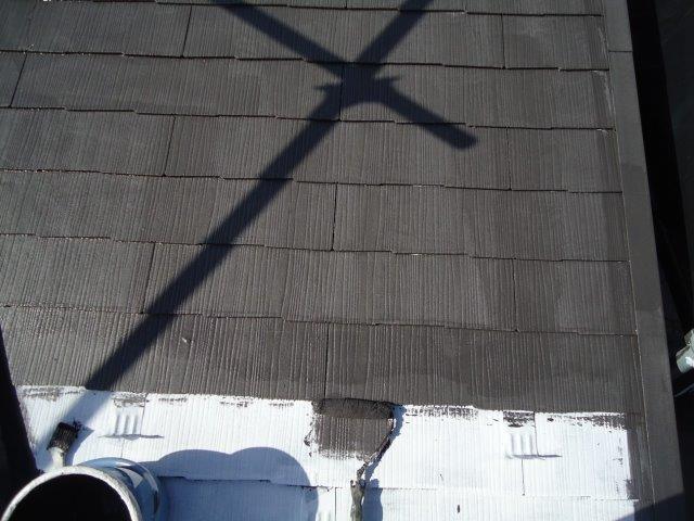 屋根カラーベスト遮断熱塗料上塗り一層目塗装状況