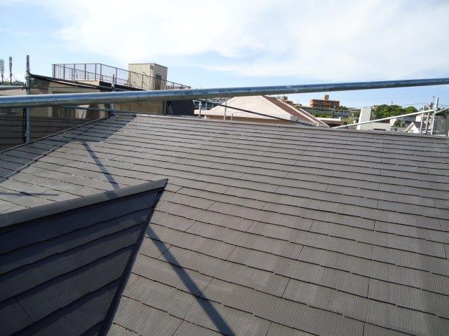 屋根カラーベスト遮断熱塗料上塗り一層目塗装完了