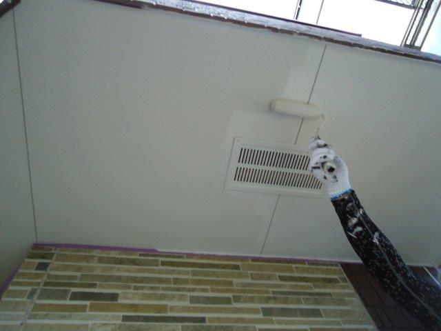 軒天塗装上塗り一層目塗装状況