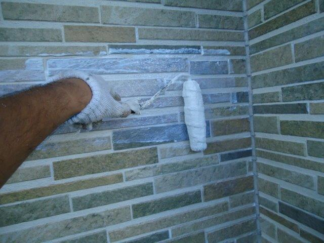 外壁タイル調サイディングクリヤー塗装上塗り二層目塗装状況