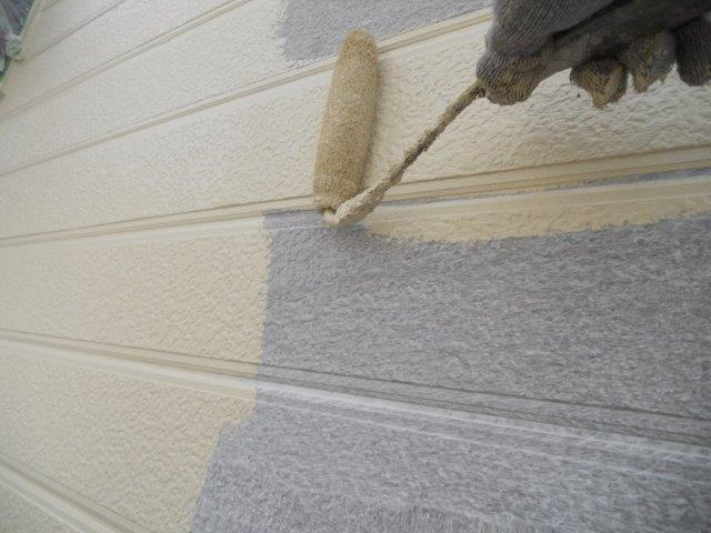 外壁サイディングシリコン塗装上塗り一層目塗装状況