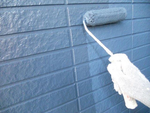 外壁サイディングシリコン塗装上塗り二層目塗装状況