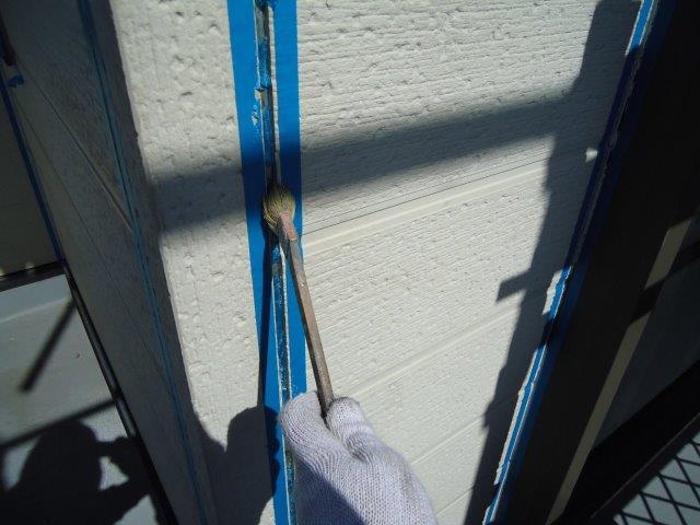 外壁サイデイング目地コーキング打ち替えプライマー塗布状況