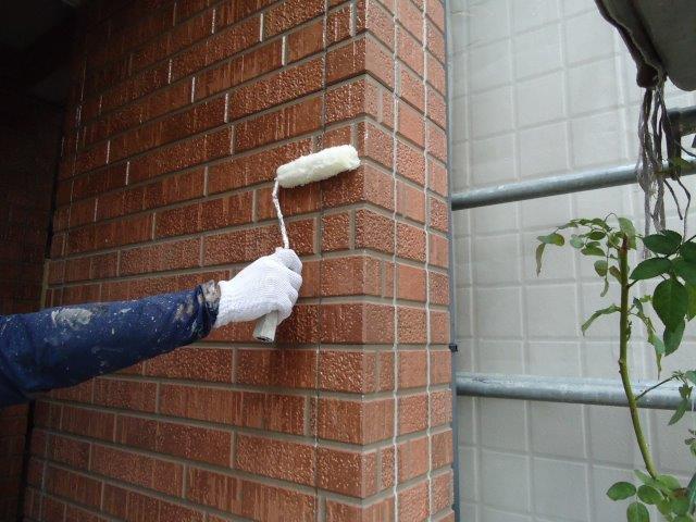 外壁タイル調クリヤー塗装下塗り塗装状況