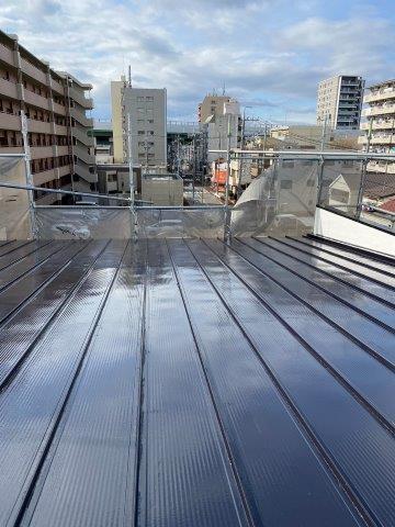 折半屋根遮熱フッ素塗料上塗り二層目完了
