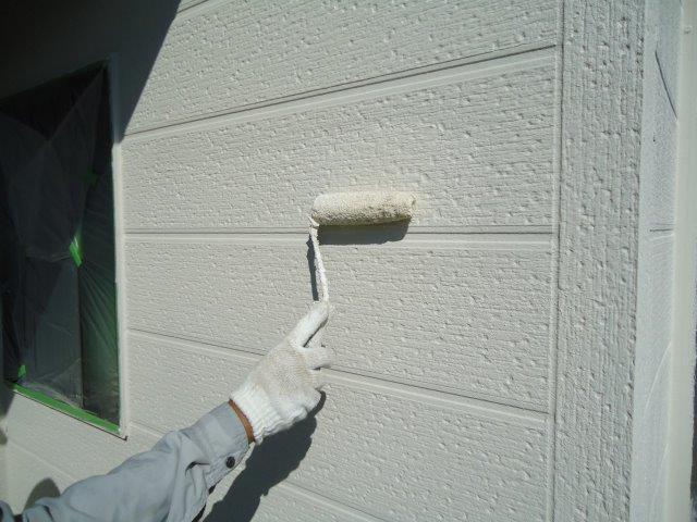 外壁サイディング断熱塗料主材一層目塗装状況