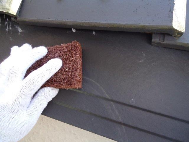 外壁付帯部破風板塗装素地調整状況