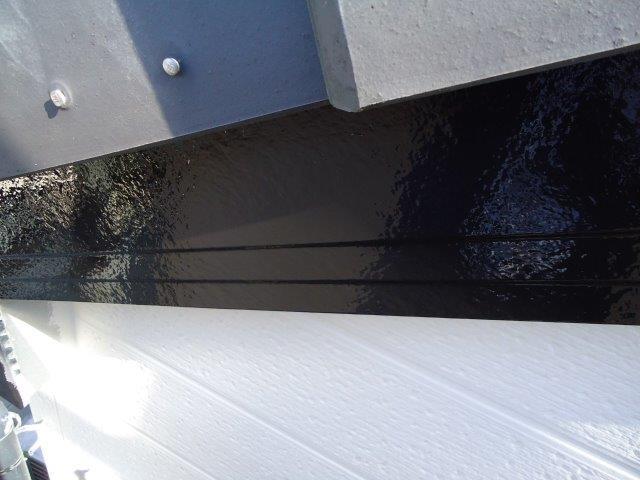 外壁付帯部破風板塗装上塗り一層目塗装完了