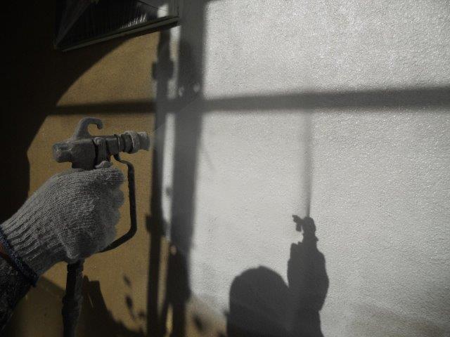 外壁無機塗料下塗り二層目塗装状況