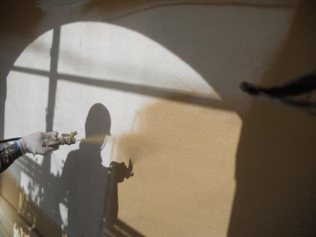 外壁無機塗料上塗り一層目塗装状況