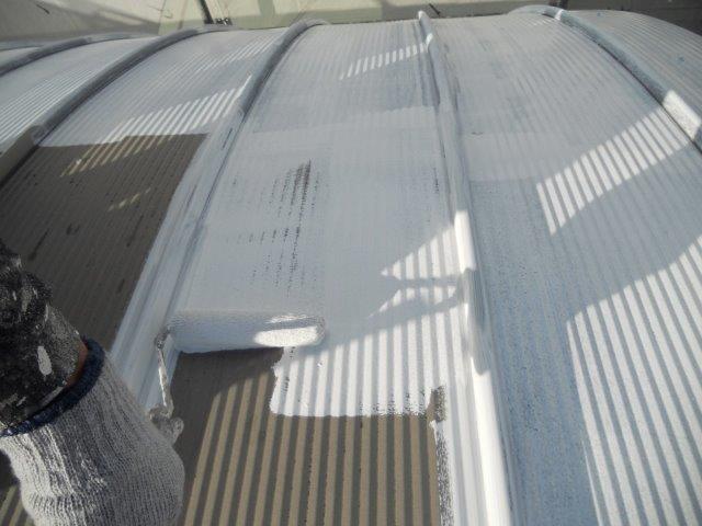 ガルバリウム鋼板屋根下塗り塗装状況