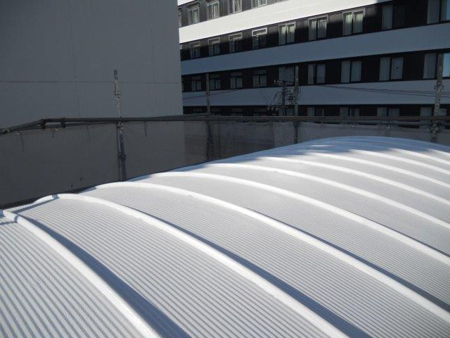 ガルバリウム鋼板屋根断熱塗料上塗り一層目塗装完了