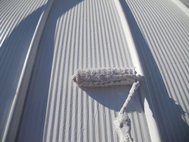 ガルバリウム鋼板屋根断熱塗料主材二層目塗装状況