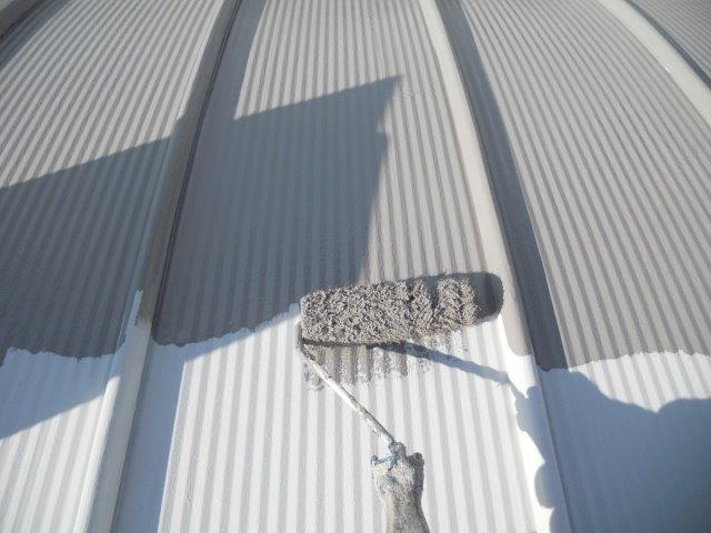 ガルバリウム鋼板屋根断熱塗料主材一層目塗装状況