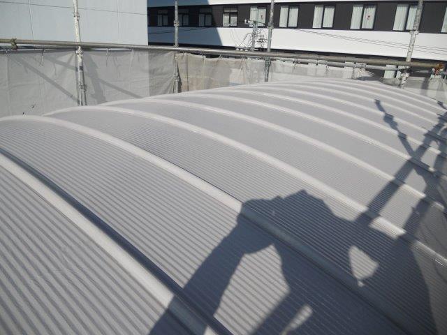 ガルバリウム鋼板屋根断熱塗料主材一層目塗装完了