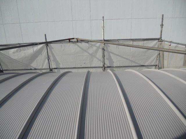 ガルバリウム鋼板屋根断熱塗料主材二層目塗装完了