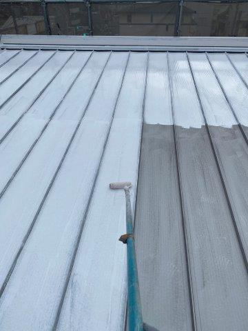 折半屋根遮熱フッ素塗料下塗り塗装状況