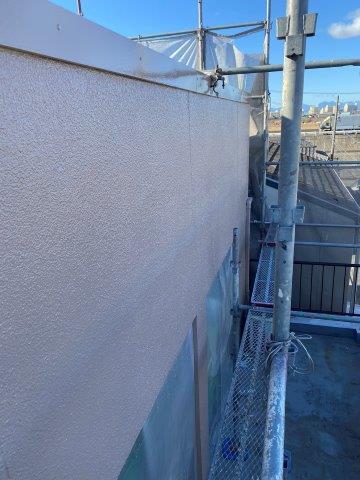 外壁モルタル面フッ素塗料上塗り一層目塗装完了
