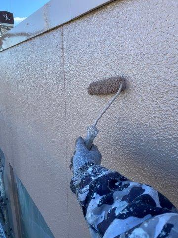 外壁モルタル面フッ素塗料上塗り二層目塗装状況